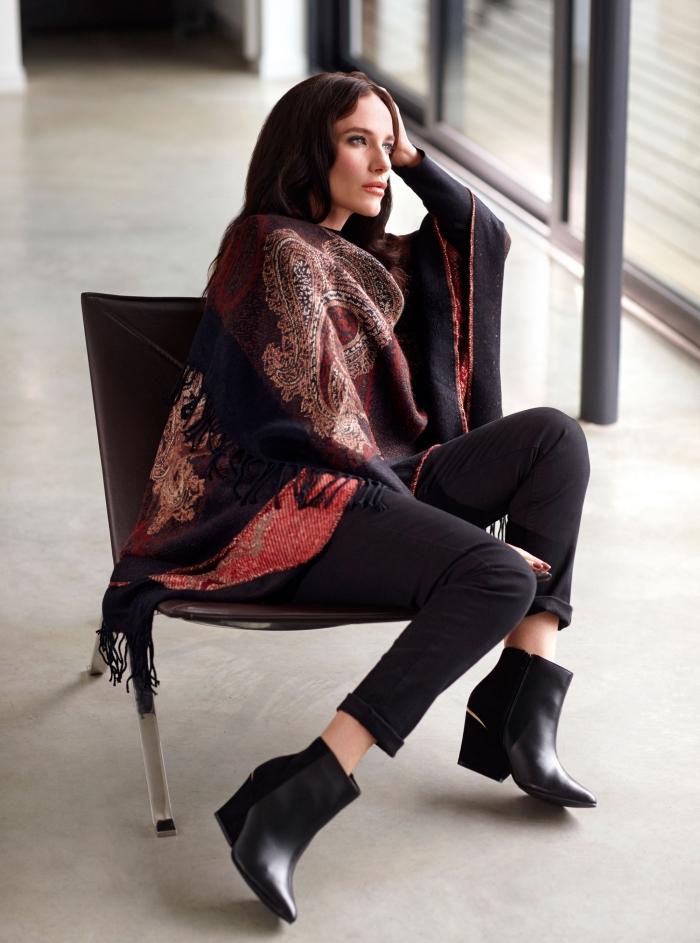 comment bien porter le poncho femme, tenue femme chic en pantalon noir avec tunique rouge et poncho de style hippie