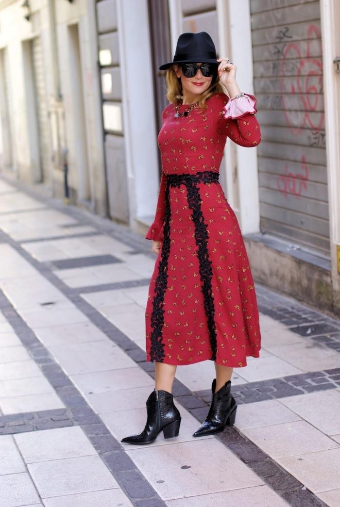 comment porter une robe année 70 de couleur rouge avec dentelle noire, idée de look femme chic en rouge et noir