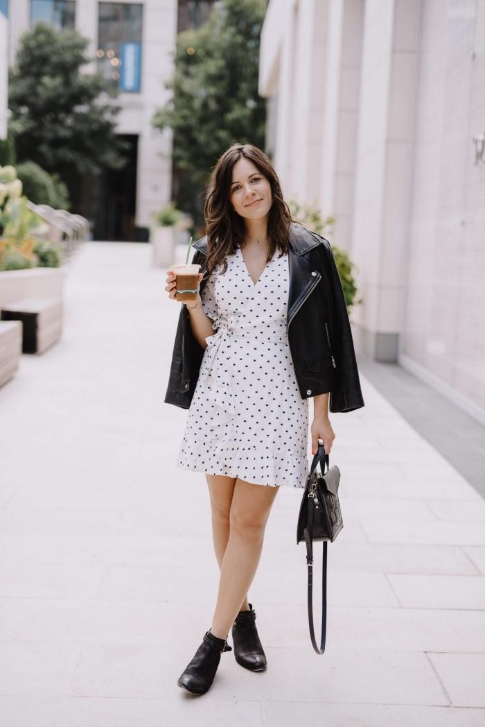idée comment assortir une robe blanche courte avec une veste en cuir et bottines à talons, tenue femme en blanc et noir