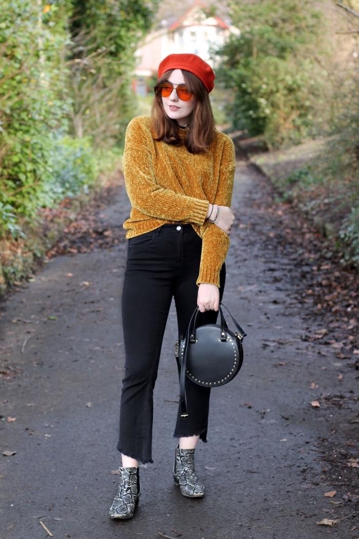 exemple de tenue vintage femme en pantalon noir et blouse jaune combinés avec bottes à motifs serpent et sac à main cuir