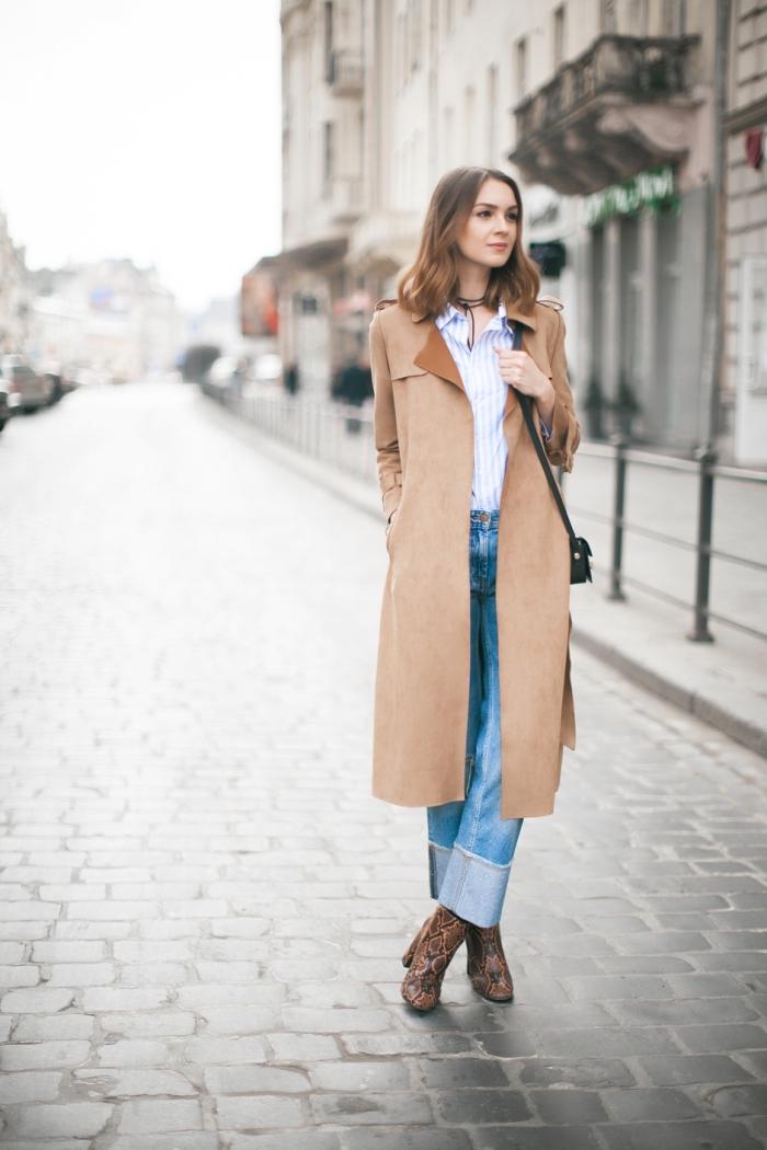 femme stylée en jeans et chemise avec manteau long et bottines hautes, idée de tenue stylée année 70 pour femme