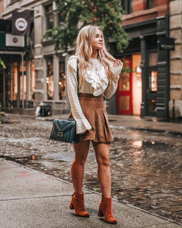 idée de tenue vintage femme en jupe suède marron et blouse blanche avec bottines hautes et sac bandoulière
