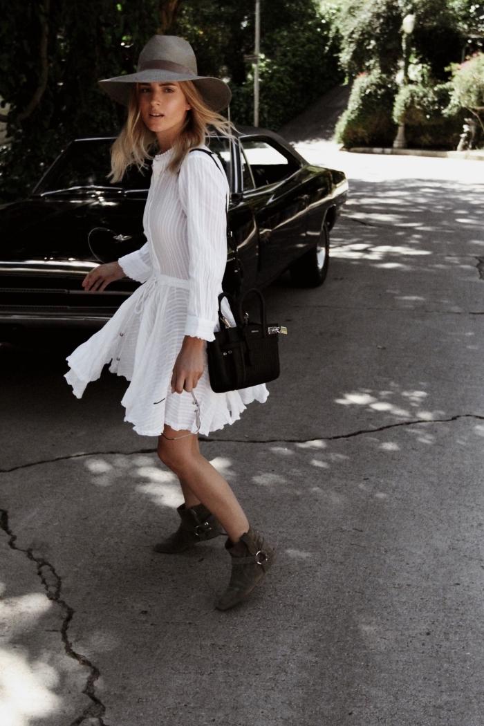 robe boheme blanche ceinturée avec boutons, idée de tenue boho chic en robe manches longues et bottines plates