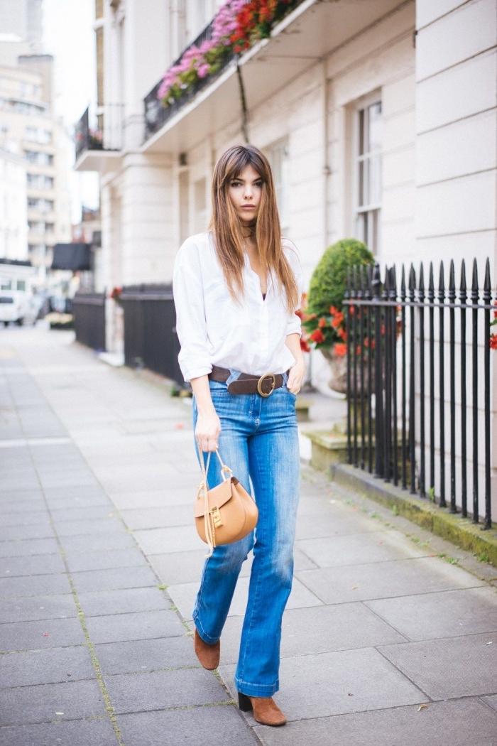 idée de vision chic femme de style année 70, tenue femme casual chic en jeans et chemise avec chaussures hautes