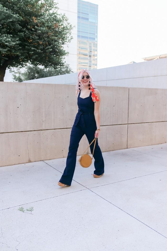 idée comment bien porter une salopette de couleur bleu foncé avec ceinture et bretelle, tenue de style hippie chic avec lunettes soleil retro et bandana cheveux