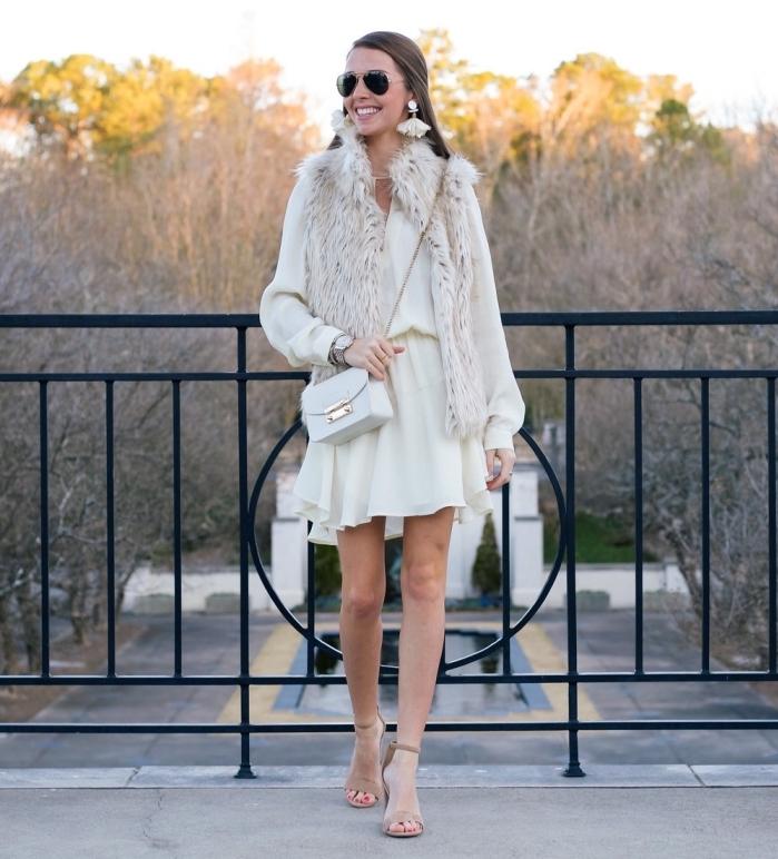 idée tenue femme hiver en robe blanche courte aux manches longues et gilet en fausse fourrure beige sans manches