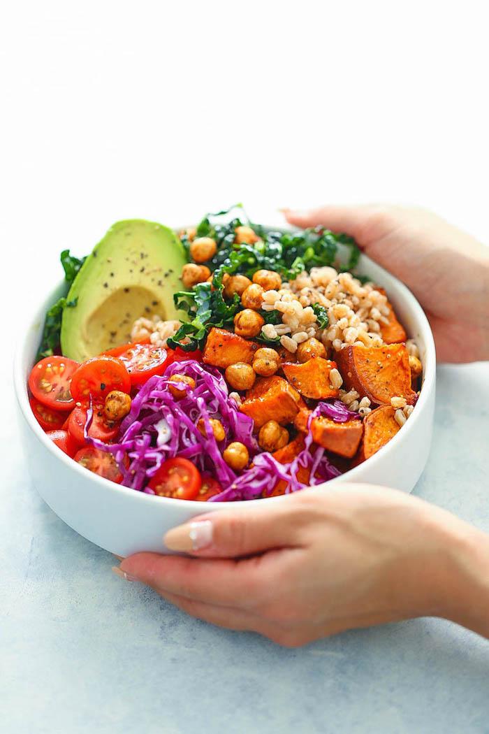 recette facile et rapide pas cher, repas simple et rapide avec blé, pois chiche grillés, chou frisé, tomates cerise et avocat
