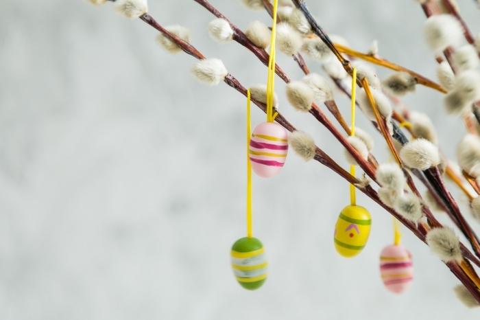 activité de paques facile pour grands et petits, idée décoration de branches pour pâques avec oeufs suspendus