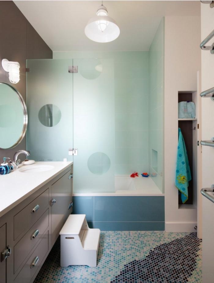 salle de bain contemporaine avec mur gris foncé et cabine de douche vert pastel, idée revêtement sol en carrelage mosaïque