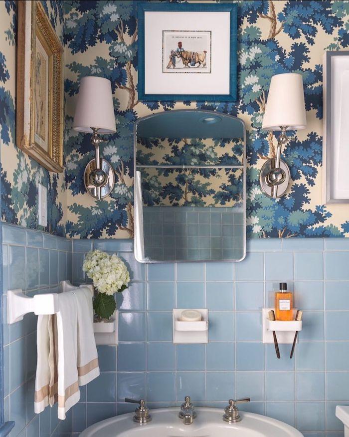 Bleu claire carrelage et papier peinte en haut d'arbres exotiques avec couleurs changées, idee deco salle de bain, stickers carrelage salle de bain