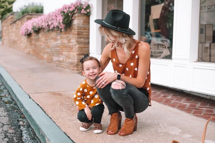Style décontracté chic pour mère et sa fille, tenue jean et top à pois vetement mere fille, robe maman et enfant inspiration