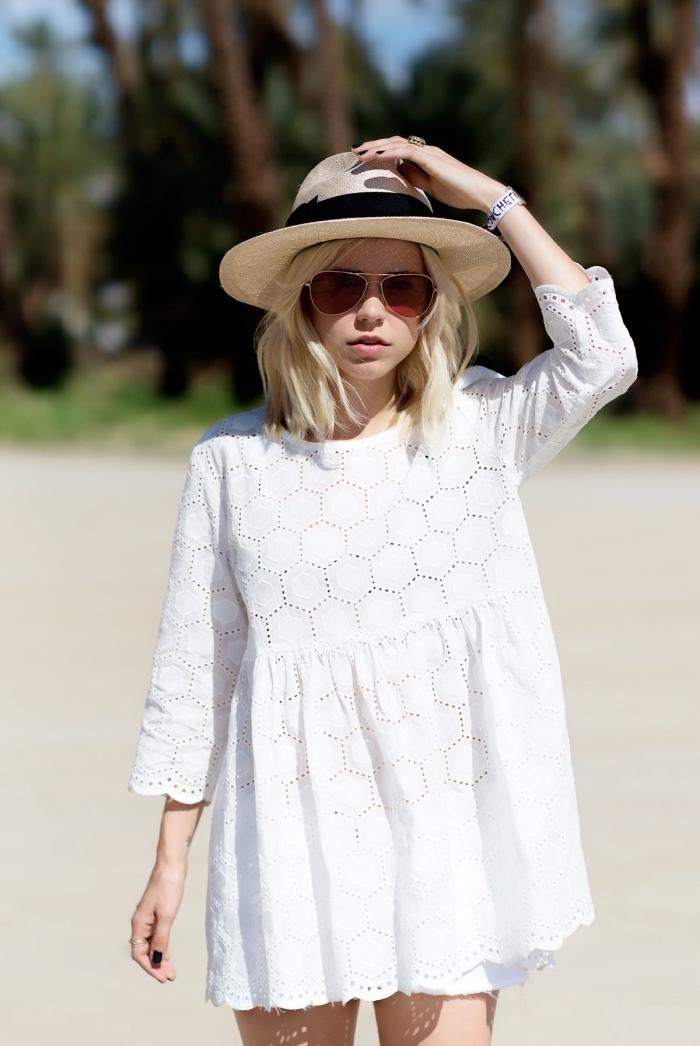 robe boheme blanche aux manches longues, idée de tenue boho chic en robe courte accessoirisée avec capeline