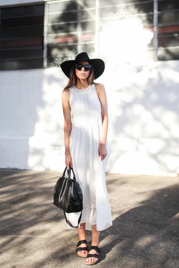 robe blanche boheme à coupe longue accessoirisée avec capeline et sandales noires, tenue femme en blanc et noir