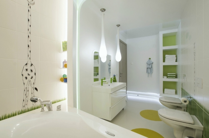 decoration petite salle de bain en blanc et vert, idée rangement ouvert et vertical dans une salle d'eau pour enfant