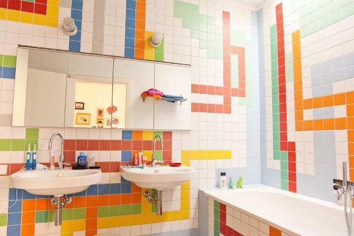 decoration petite salle de bain avec baignoire et doubles vasques, idée carrelage pour une salle d'eau enfant
