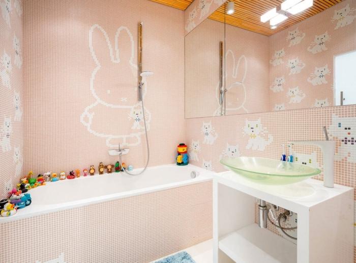 salle de bain contemporaine à revêtement mural en carrelage mosaïque rose avec baignoire et lavabo en vert
