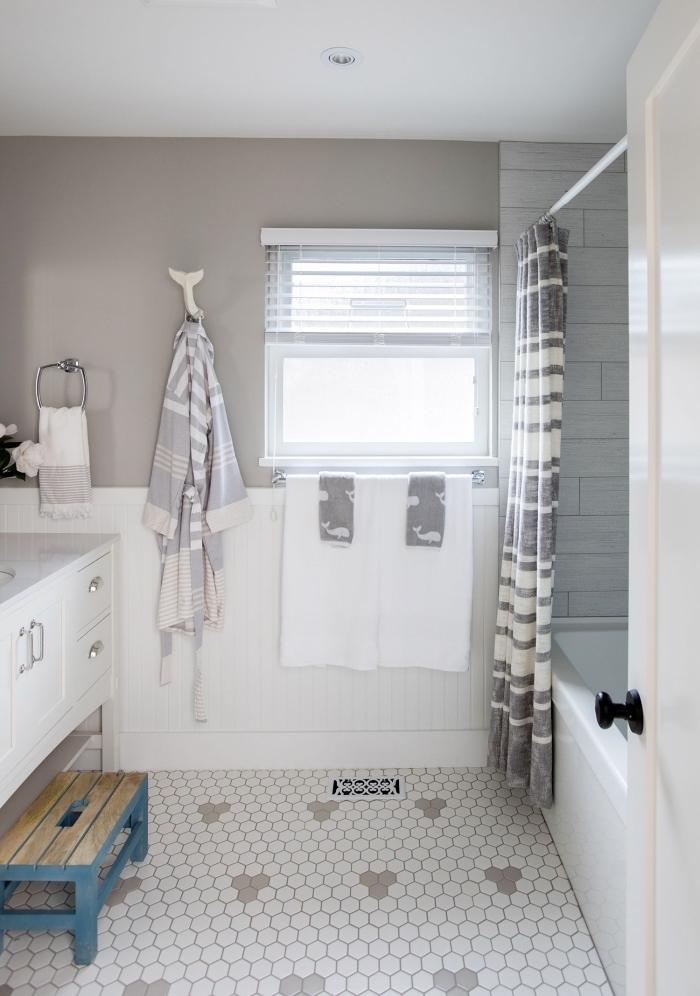 aménager une petite salle de bain pour enfant avec baignoire, quelles couleurs pour une salle de bain gris et blanc