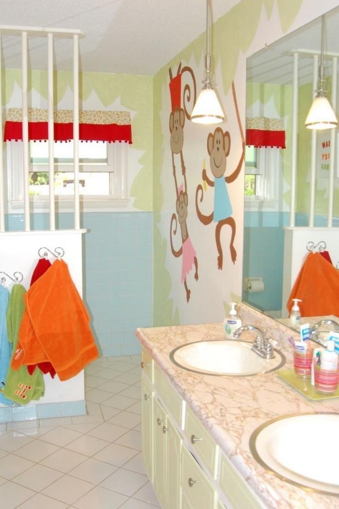 decoration petite salle de bain en couleurs vert et rouge, exemple design murs dans une salle d'eau pour enfant