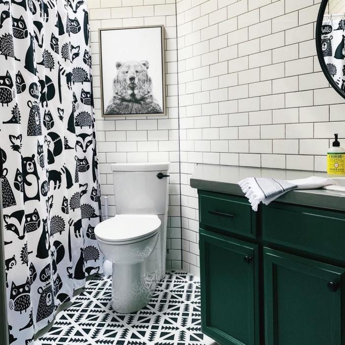 agencement salle de bain avec baignoire, modèle de rideaux douche à dessins noirs à motifs animaliers pour enfant