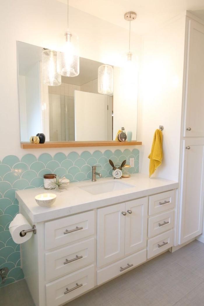 deco salle de bain enfant blanche avec crédence turquoise, aménagement petite salle d'eau avec grand miroir