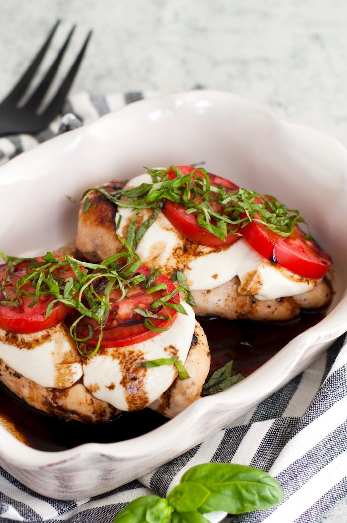 recette blanc de poulet façon caprese avec mozzarella, tranches de tomate et basilic, recette facile pour le soir