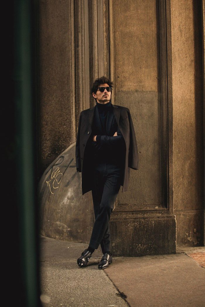 Tenue tout noir pour homme classe, inspiration tenue classe noire, idée style homme classe, lunettes de soleil, chaussures élégantes en cuir