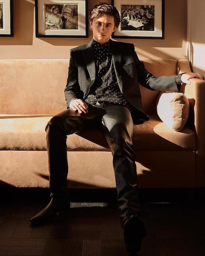 Garçon tenue noir, veste noire et chemise à pois blanches, idee tenue de soirée homme, tenue classe homme chic
