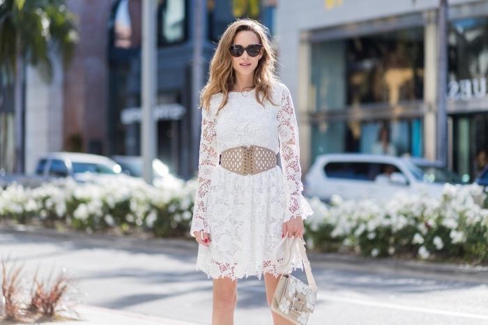 exemple comment assortir une robe blanche courte aux manches transparentes dentelle avec une ceinture taille haute
