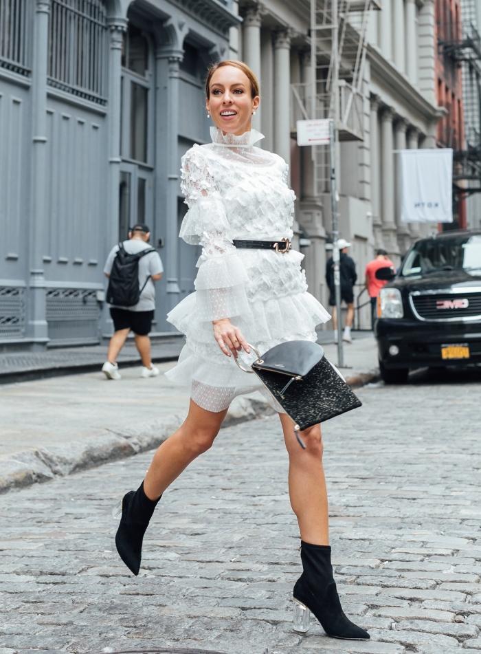 look chic en robe hiver femme blanche avec ceinture noire et bottines à talons, comment bien s'habiller femme