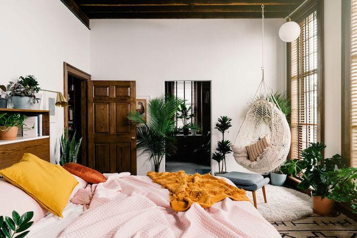Jaune coussin sur le lit linge, plante d'intérieur haute, plante verte pour chambre deco jungle, palmier haute