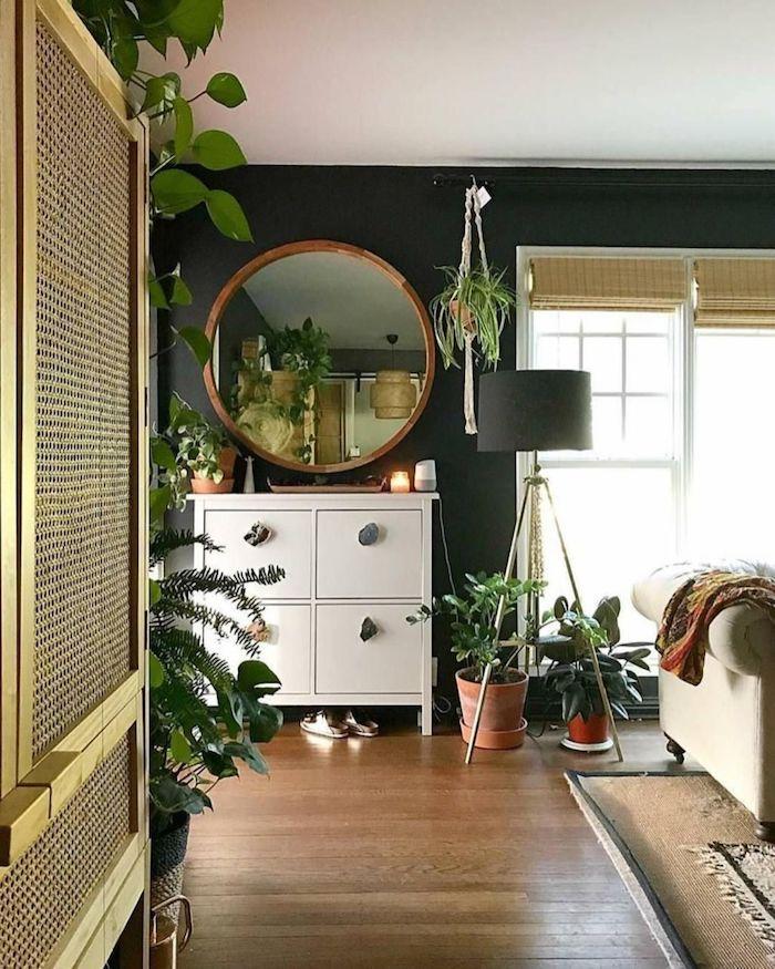 Lampe haute miroir ronde, inspiration plante tombante intérieur, idée plante pour chambre