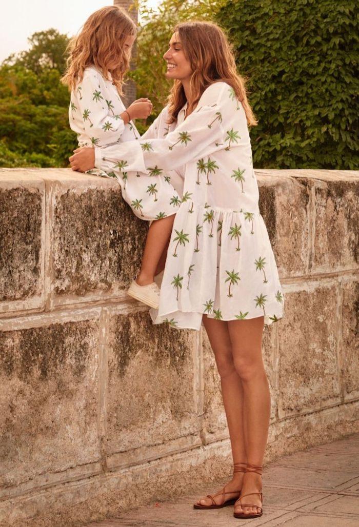 Mère et fille portant la meme robe blanche à palmiers vertes, photo de vacances vetement mere fille assortie, choix tenue mère-fille
