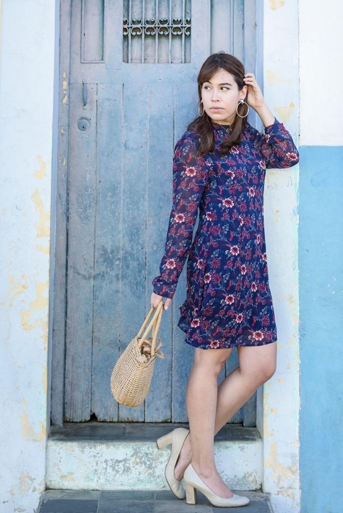 modèle de robe hippie chic à longueur genoux et manches longues de couleur bleu aux motifs fleuris combinée avec chaussures hautes