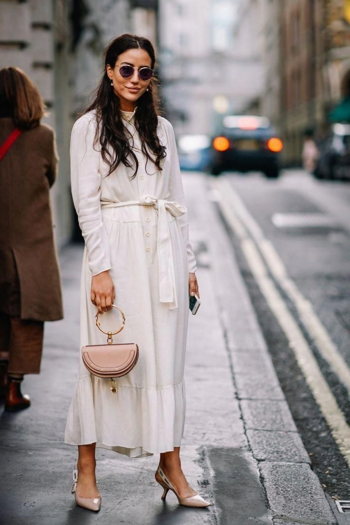 commet bien s'habiller femme élégante, modèle de robe longue hiver blanche et ceinturée combinée avec chaussures hautes