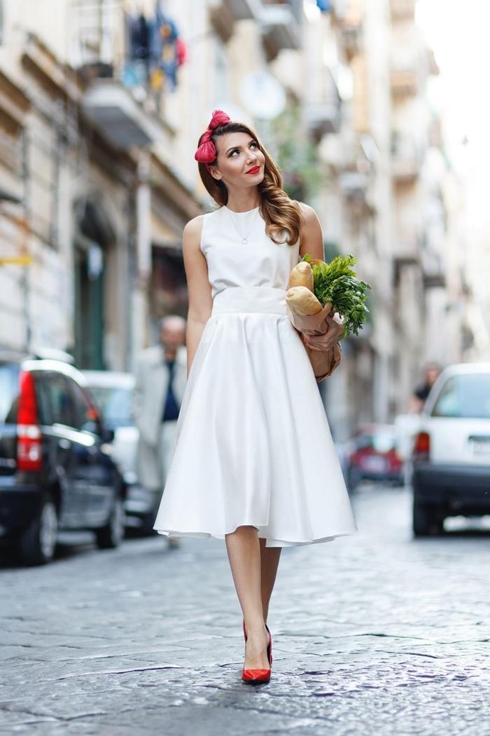 idée de robe cocktail blanche à longueur genoux accessoirisée avec chaussures et diadème cheveux en rouge