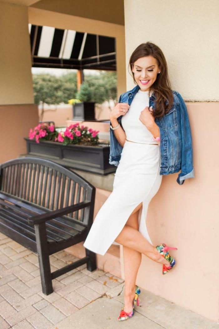 exemple de robe de soirée blanche à deux pièces top crop et jupe longue fendue combinée avec chaussures hautes