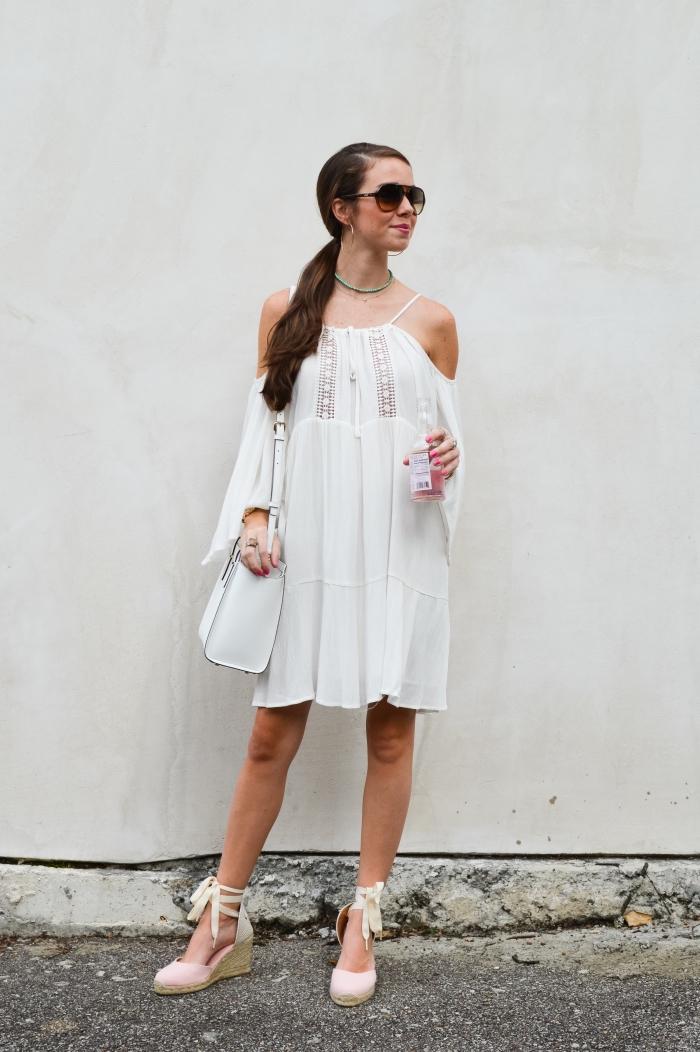 look femme été en robe blanche boheme courte accessoirisée avec collier en perles bois et chaussures compensées
