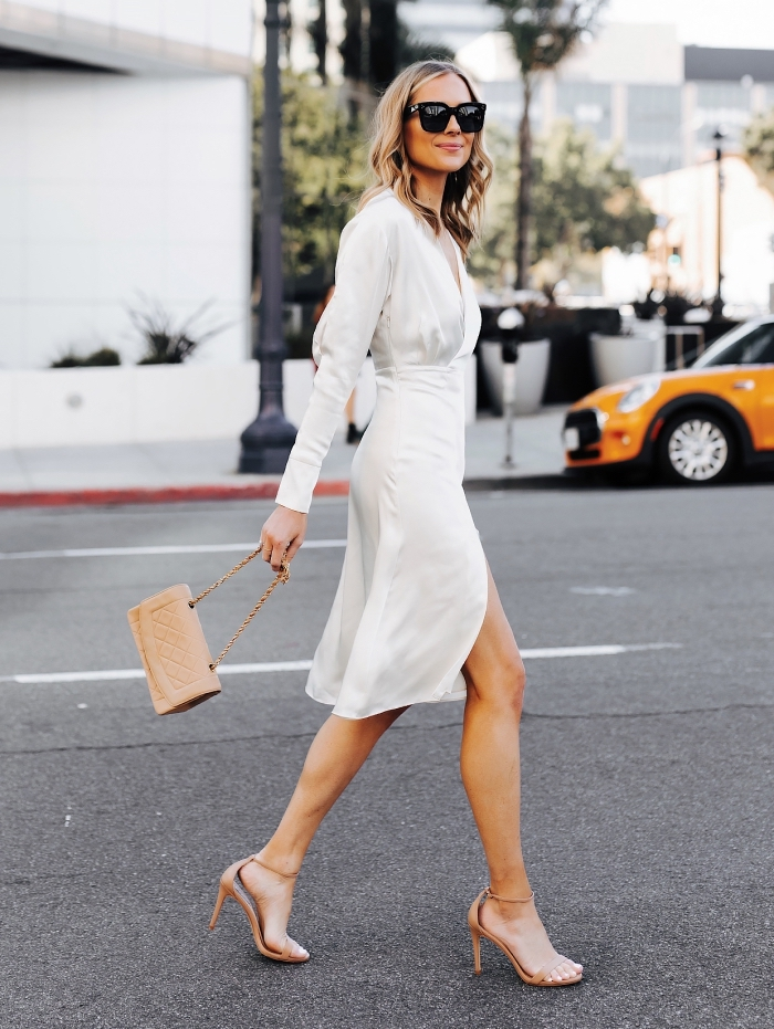 inspiration tenue mariage femme 50 ans, look femme stylée en robe mi-longue fendue et chaussures hautes