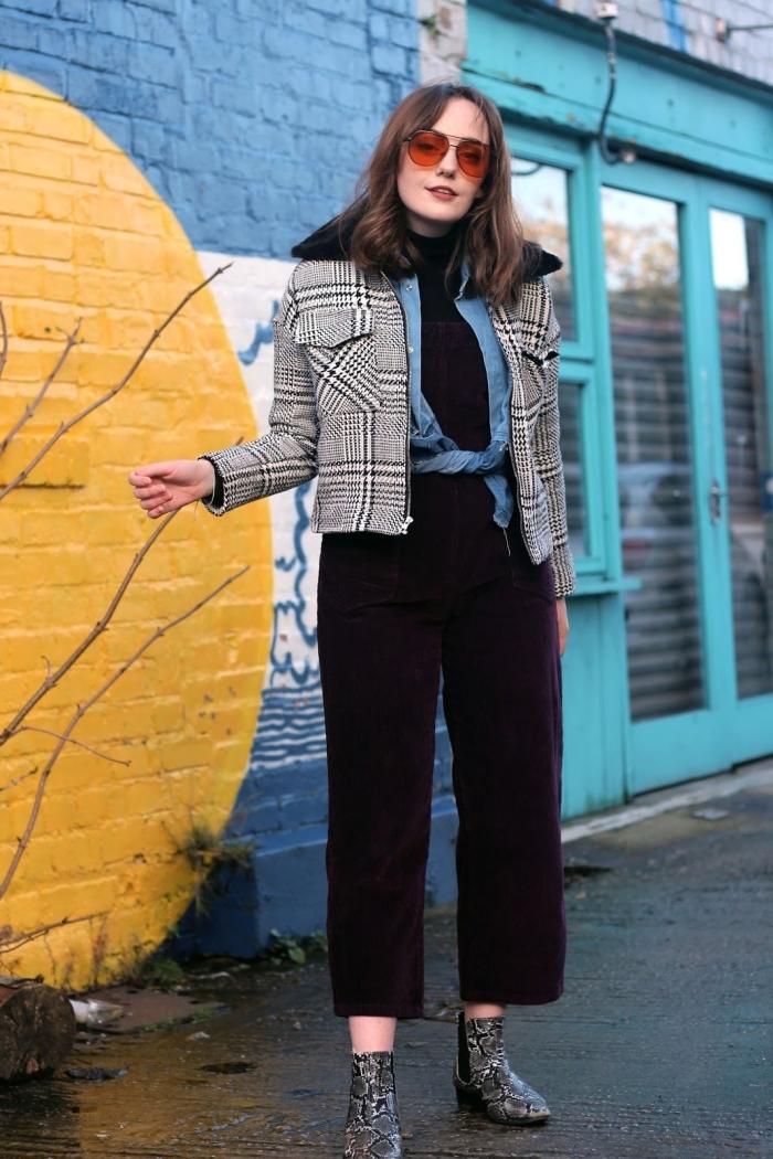 idée de tenue vintage femme en pantalon à taille haute noir combiné avec pull à col enroulé et veste à motifs blanc et noir