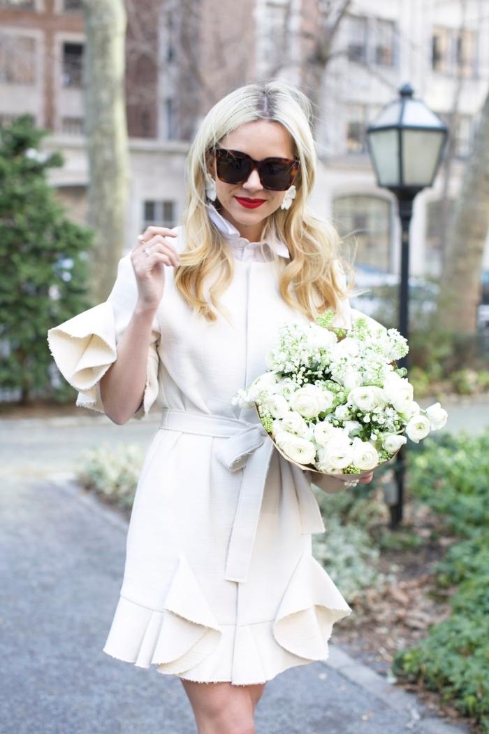 modèle de robe de soirée chic et tendance de couleur blanche, comment bien s'habiller pour une cérémonie en hiver femme