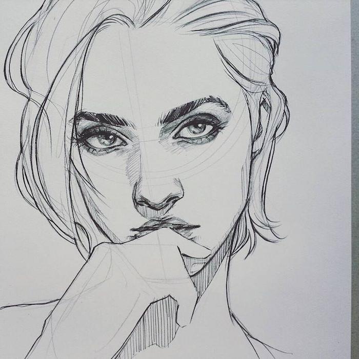 femme aux cheveux courts peignés en arrière avec visage femme aux grands yeux séduisants, bouche cachée de main à moitié