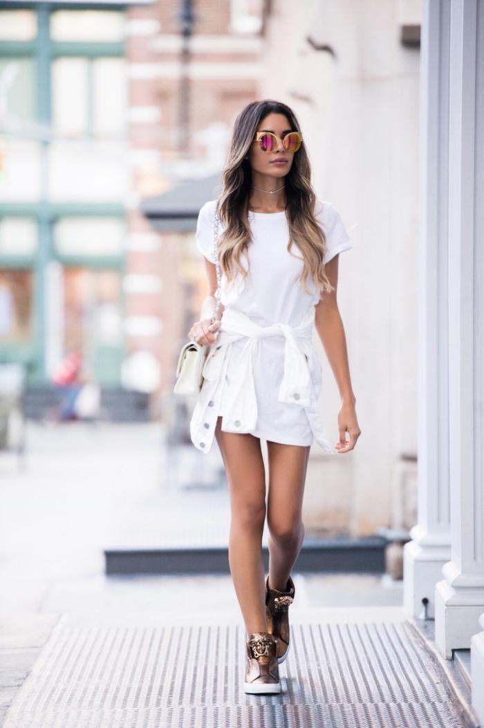 robe légère été en blanc, tenue casual chic en robe t-shirt court avec chemise nouée et baskets plateformes métallisées