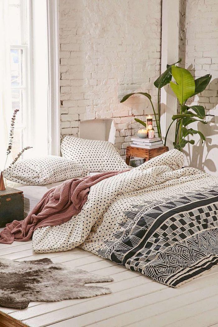 Mur blanche en briques, chambre bohème chic, haute plante verte dans la chambre à coucher boheme, les plus belles plantes d'intérieur