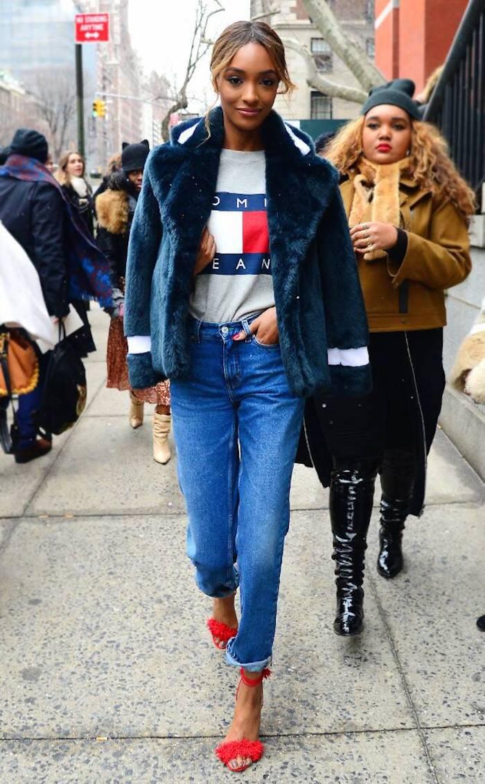 Fausse fourrure veste, tshirt tommy jeans, jean taille haute, chaussures été rouges, mode année 90 et les tendances aujourd'hui, accessories années 90