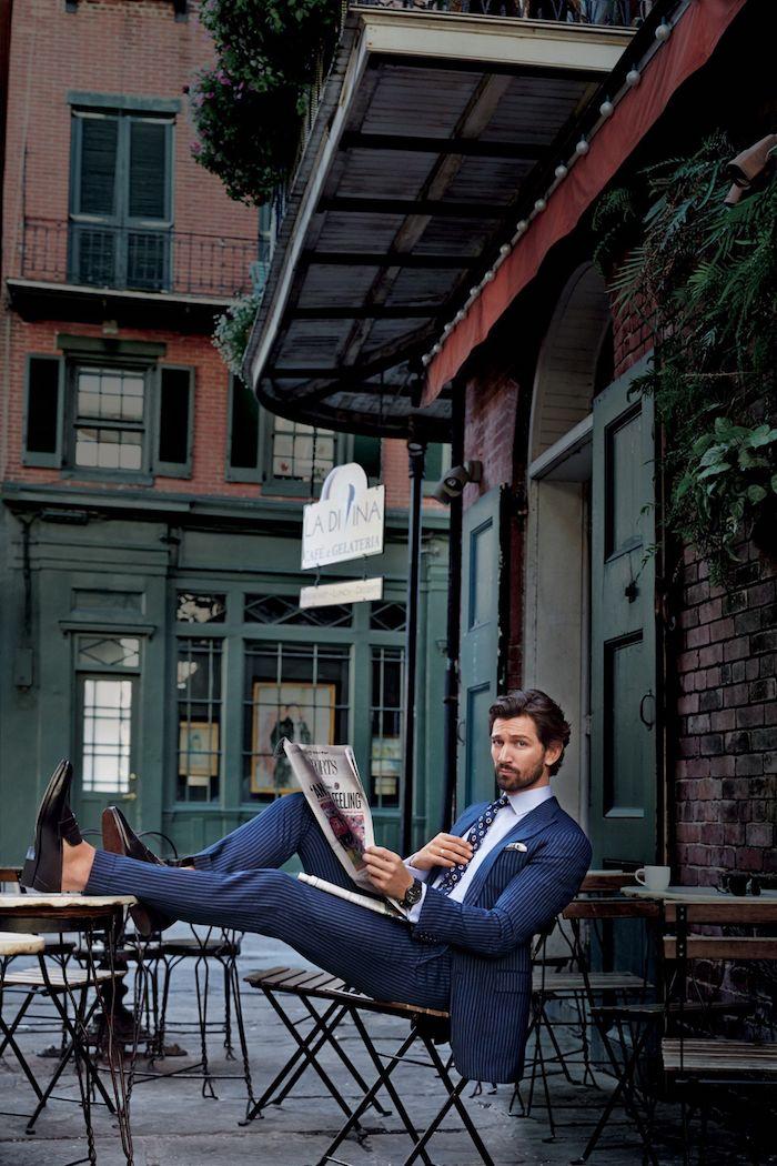 Costume bleu chemise blanche et cravate bleu foncé à motif géométrique, idée vetement homme classe, look homme casual style
