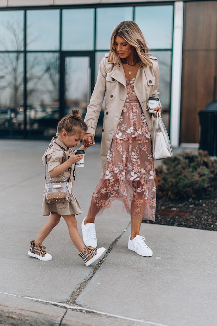 Cool robe dentelle rose et trench-coat mere fille tenue beige de burberry, choisir la meilleure tenue mère-fille