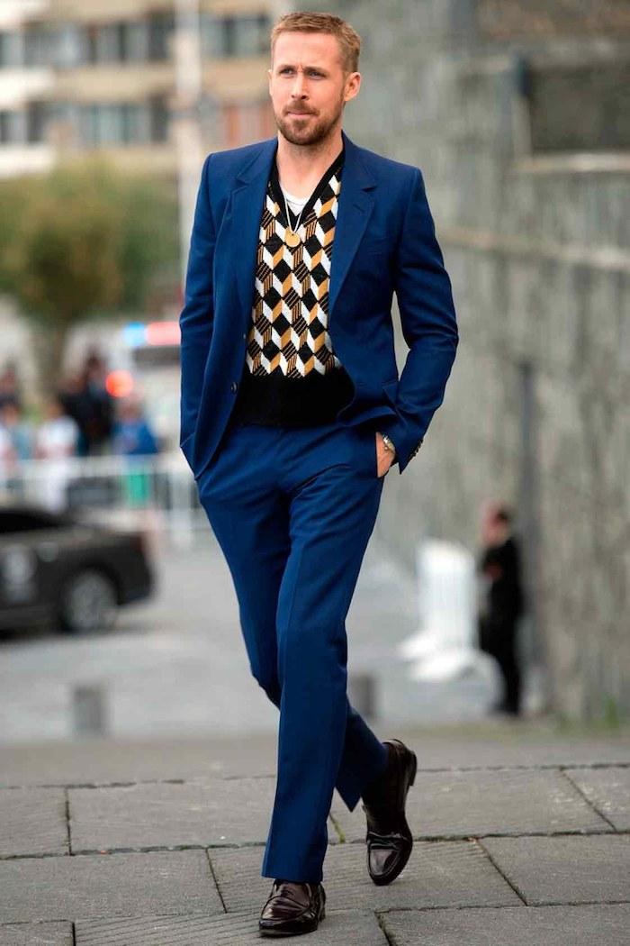 Ryan Gosling style costume bleu foncé avec gilet tricoté en dessous, comment bien s'habiller, tenue classe homme beauté