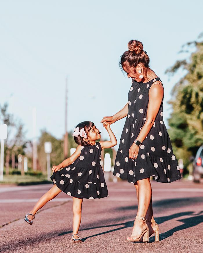 Porter la meme robe que sa fille, idée vetement assorti famille, mode mini moi tenue mère fille robe noire à pois