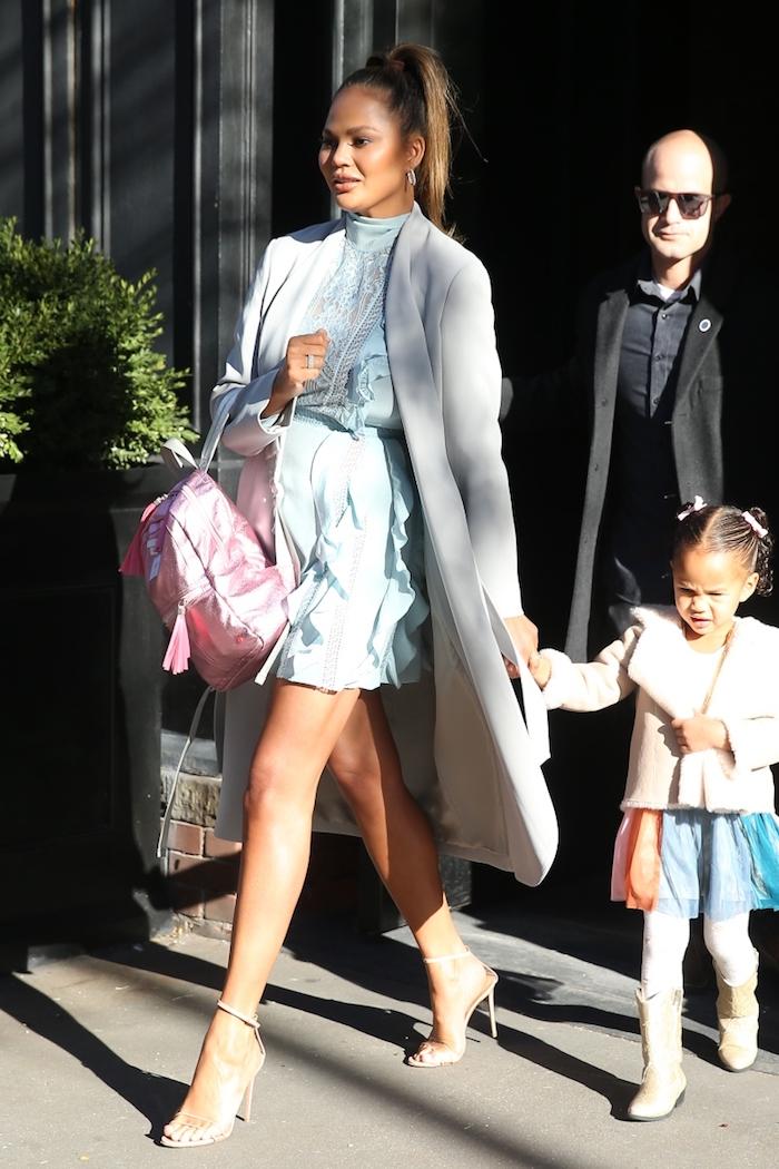 Chrissy Teigen et sa fille Luna tenue de jour, idée vetement maman fille, comment bien habiller les enfants