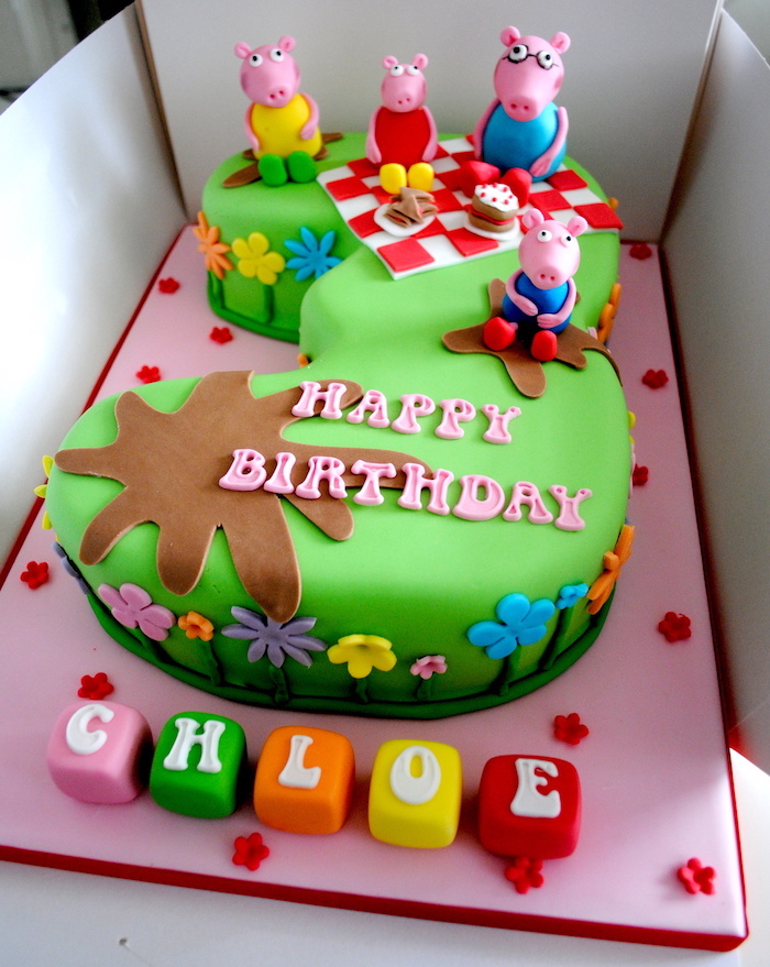 Gateau chiffre couvert de fondant vert avec figurines cochons, image gateau anniversaire, peppa pig décoration gateau anniversaire